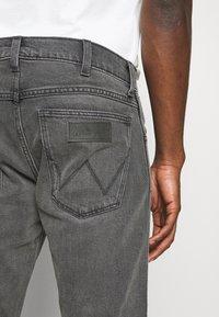 Wrangler - LARSTON - Slim fit jeans - silver smooth - 5