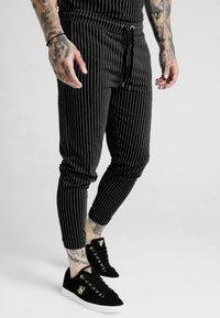 SIKSILK - DANI ALVES FITTED SMART PANTS - Pantalon classique - anthracite/white - 0