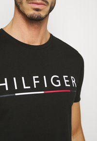 Tommy Hilfiger - GLOBAL STRIPE TEE - Triko s potiskem - black