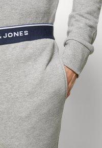 Jack & Jones - JACLOUNGE SET - Pyjamas - light grey melange - 8