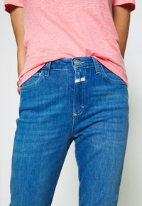 CLOSED - BAKER HIGH HIGH WAIST CROPPED LENGTH - Džíny Slim Fit - mid blue - 6