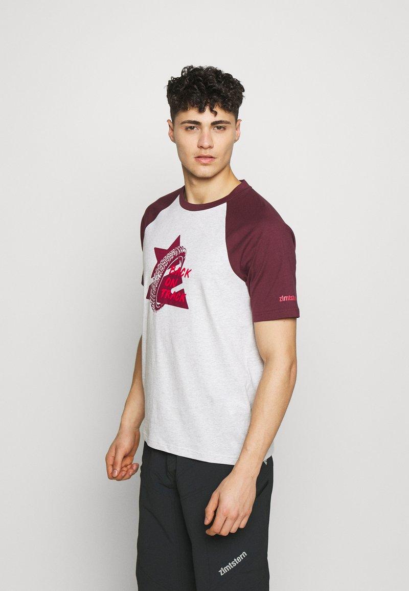 Zimtstern - BOTZ TEE MEN - Print T-shirt - glacier grey/windsor wine