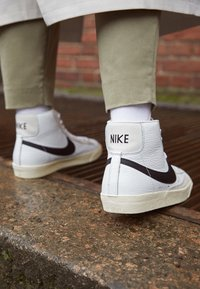 Nike Sportswear - BLAZER MID '77 - High-top trainers - summit white/black/pale ivory/beach - 2