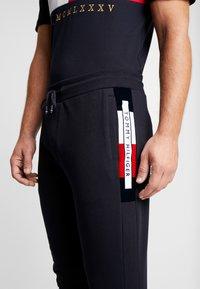 Tommy Hilfiger - FLOCKED  - Pantalon de survêtement - blue - 4