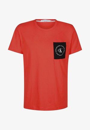CK ROUND LOGO REG PCKT TEE - T-shirt print - fiery red/ck black/fiery red