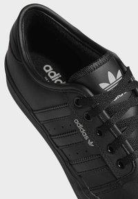 adidas Originals - SEELEY XT - Sneakersy niskie - black - 7