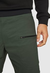 Peak Performance - TRACK SHORTS - Sports shorts - drift green - 3