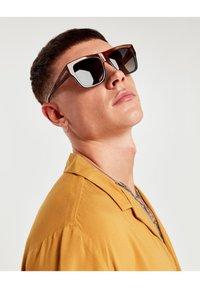 Hawkers - DOUMU - Sluneční brýle - brown - 1