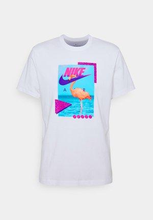 M NSW BEACH FLAMINGO - T-shirt con stampa - white