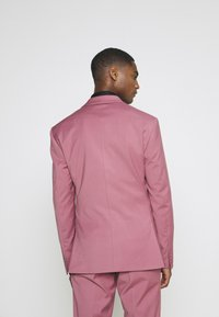 Isaac Dewhirst - Costume - pink - 3