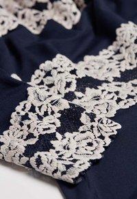 Intimissimi - PRETTY FLOWERS - Pyjama top - multifarben - 347i - blu intenso/vanilla - 4