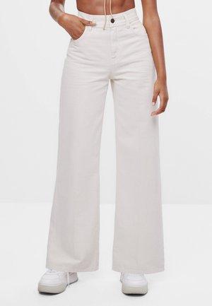 MIT WEITEM BEIN - Flared jeans - beige