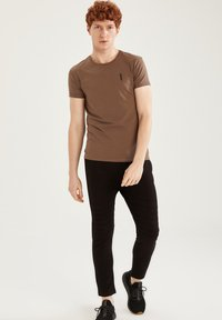DeFacto Fit - MUSCLE FIT - T-shirt - bas - brown - 1