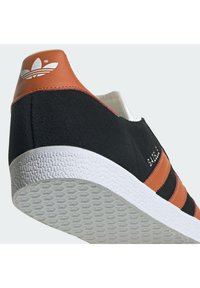 adidas Originals - GAZELLE SHOES - Matalavartiset tennarit - cblack/foxora/ftwwht - 6