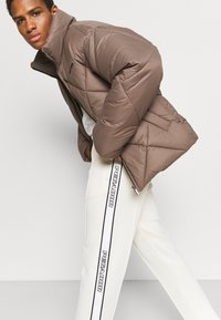 Pegador - WIDE TRACKPANTS UNISEX - Pantalon de survêtement - whisper white - 4