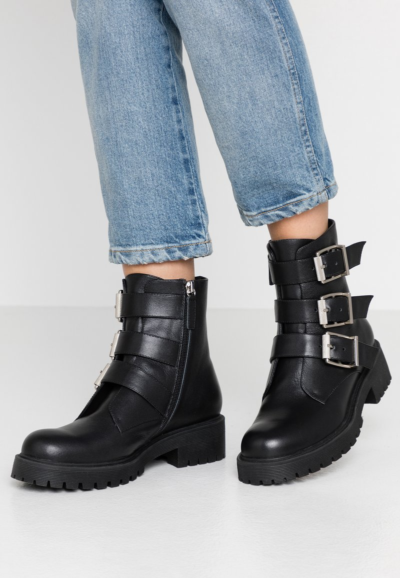 Bibi Lou Wide Fit - Cowboy/biker ankle boot - black