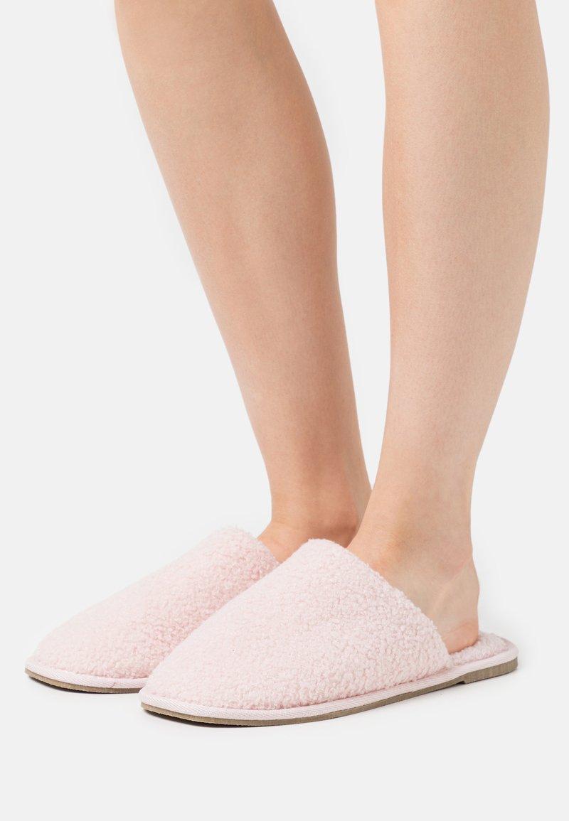 Vero Moda - VMIZA SLIPPERS - Slippers - sepia rose