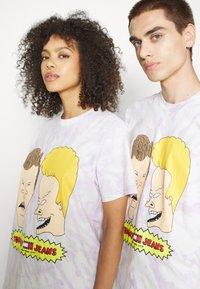 Tommy Jeans - ABO TJU X BEAVIS TEE UNISEX - T-Shirt print - lilac dawn - 4