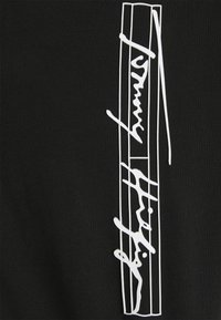 Tommy Hilfiger - SIGNATURE VERTICAL LOGO TEE - T-shirt con stampa - black - 2