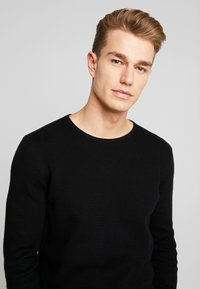 TOM TAILOR DENIM - ZIGZAG STRUCTURED CREWNECK - Stickad tröja - black - 4