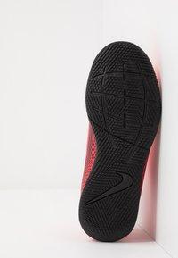 Nike Performance - MERCURIAL JR VAPOR 13 CLUB IC UNISEX - Indoor football boots - laser crimson/black - 5