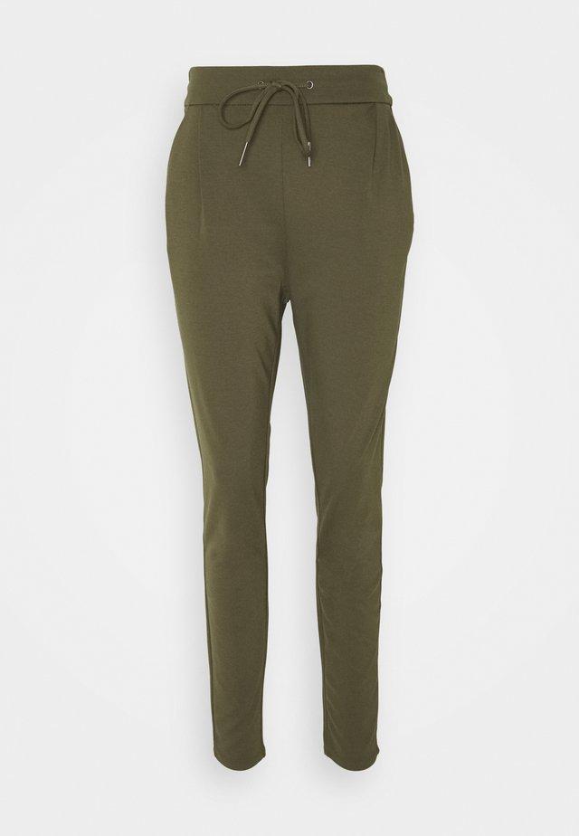 VMEVA STRING PANTS  - Tracksuit bottoms - ivy green