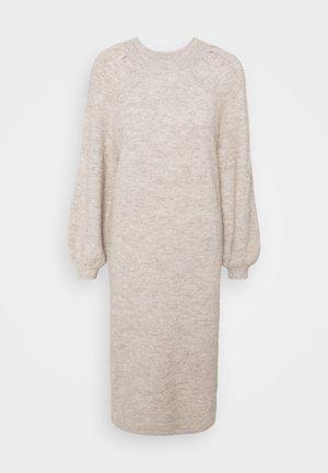 YASSIBYLLA  - Pletené šaty - sandstorm/sandstorm melange