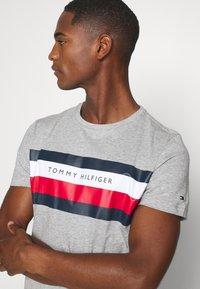 Tommy Hilfiger - STRIPE TEE - T-shirt z nadrukiem - grey - 4