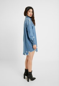 Missguided Petite - SUPER DISTRESS DRESS - Sukienka jeansowa - blue - 2