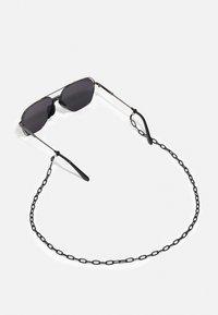 Urban Classics - KARPHATOS WITH CHAIN UNISEX - Sunglasses - gunmetal/black - 4