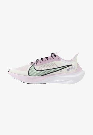ZOOM GRAVITY - Obuwie do biegania treningowe - white/pistachio frost/iced lilac/black