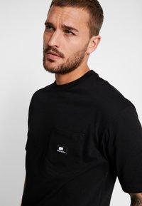 Sweet SKTBS - LOOSE POCKET - Print T-shirt - desert black - 3