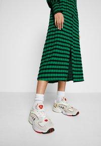 adidas Originals - 2000 W - Sneakersy niskie - chalk white/offwhite/scarlet - 0