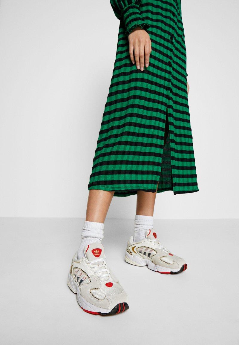 adidas Originals - 2000 W - Sneakersy niskie - chalk white/offwhite/scarlet