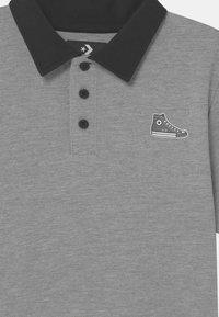 Converse - SNEAKER PATCH - Polo shirt - dark grey heather - 2