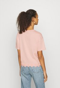 New Look - FLOWER TRIM HEM TEE - Print T-shirt - light pink - 2