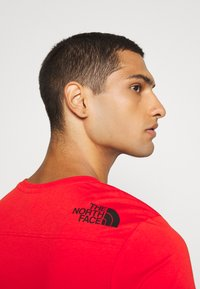 The North Face - LIGHT TEE - T-shirt med print - fiery red - 4
