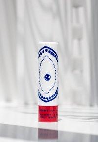 Korres - MULBERRY LIP BALM - Lip balm - mauve - 2