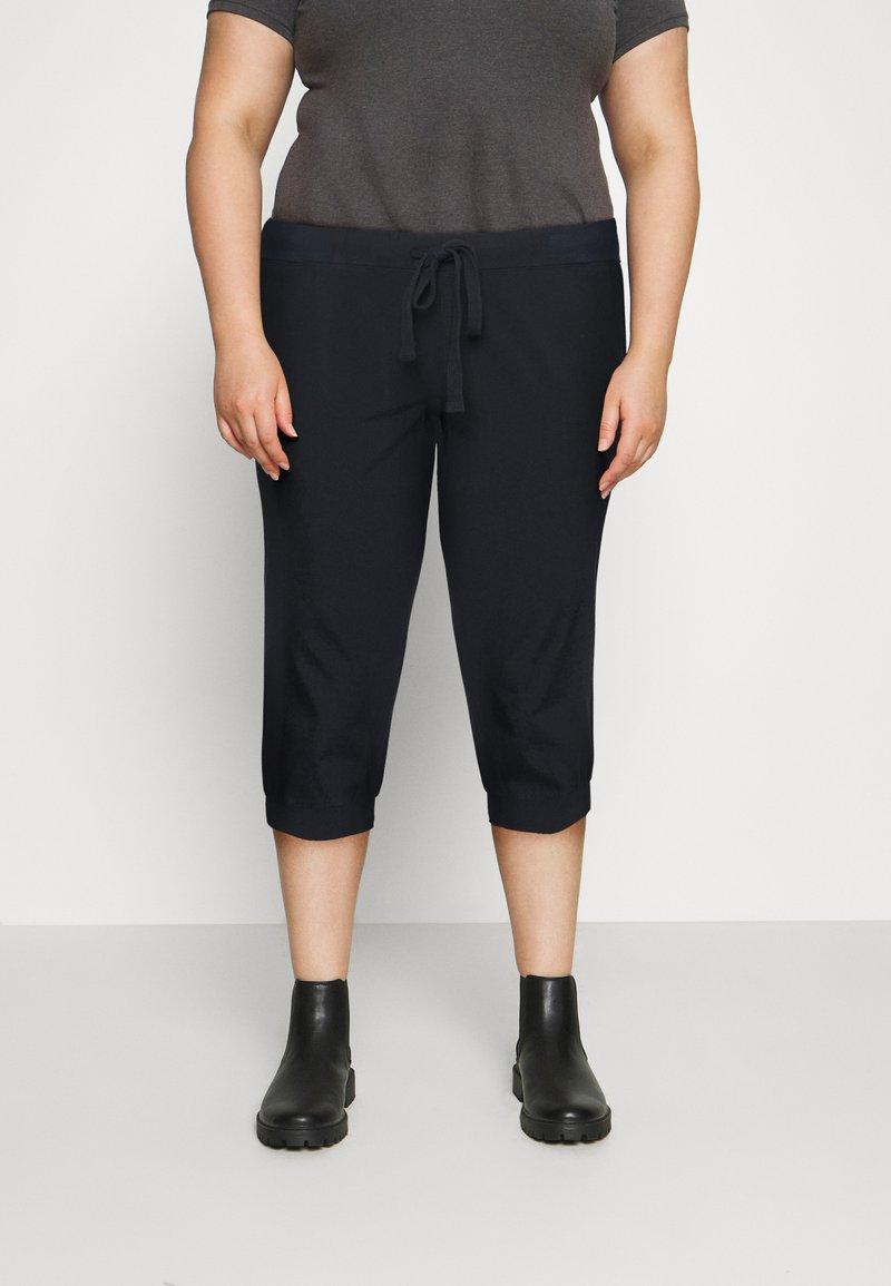 Kaffe Curve - CAPRI PANTS - Trousers - midnight marine