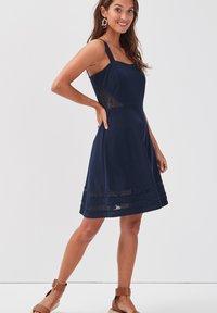Cache Cache - MIT TRÄGERN - Day dress - bleu marine - 3