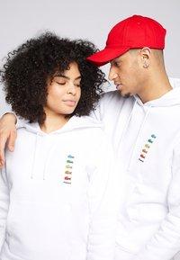 Lacoste - POLAROID UNISEX HOODIE - Sweatshirt - white - 4