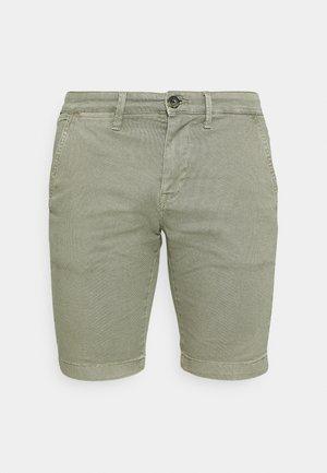 CHARLY  - Shorts - palm green