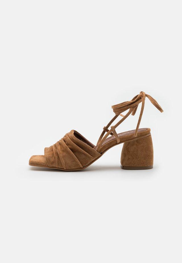 KAHLO - Sandaalit nilkkaremmillä - camel