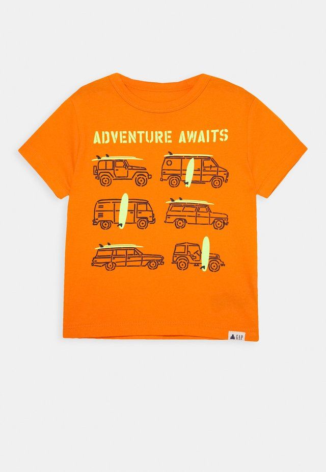 TODDLER BOY GRAPHICS - T-shirt z nadrukiem - orange peel