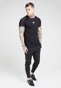SIKSILK - T-shirt print - black  gold - 4