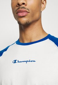Champion - LEGACY CREWNECK LONG SLEEVE - Long sleeved top - off white/blue - 4