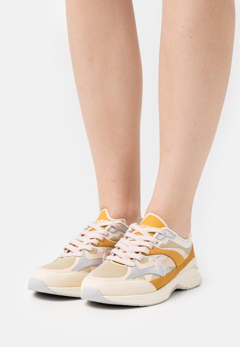 Pinko - LIGHTECH - Baskets basses - offwhite/senape