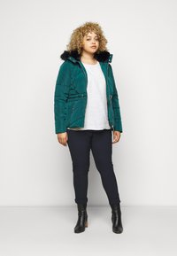 CAPSULE by Simply Be - LUXE HOODED SHORT PADDED COAT - Talvitakki - forest green - 1