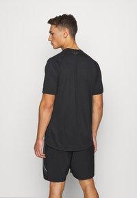 Under Armour - T-shirt imprimé - black - 2