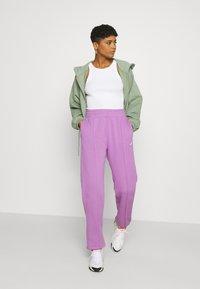Nike Sportswear - Pantalones deportivos - violet shock/white - 4